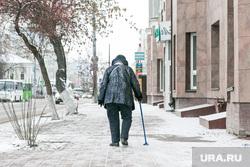 Снежный город. Тюмень, улица ленина, бабушка, ноябрь, пенсионеры, осень, бабушка с тростью
