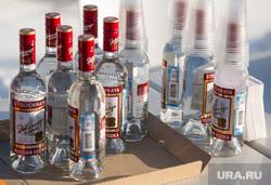 Митинг посвященный Дню памяти жертв политических репрессий. Сургут , водка, бутылки, алкоголь