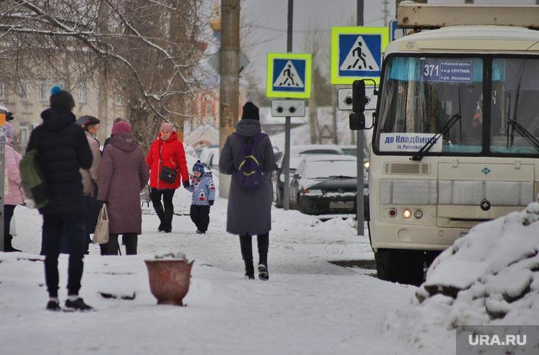 Отсутствие павильонов на автобусных остановках.  Курган