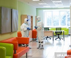 Свердловский областной клинический психоневрологический госпиталь для ветеранов войн, где оказывают помощь пациентам с коронавирусной инфекцией COVID-19. Екатеринбург, госпиталь, медик, защитный костюм, коридор больницы, медицина, медицинский работник, врач, больница, covid-19, covid19, лечащий врач, противочумный костюм, коронавирус, противочумной костюм, красная зона, ковидный госпиталь