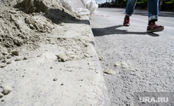 Пятьдесят пятый день вынужденных выходных из-за ситуации с распространением коронавирусной инфекции CoVID-19. Екатеринбург, пешеход, песок, обочина, ремонт тротуара
