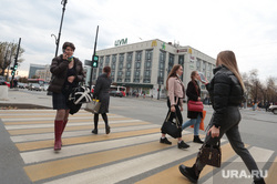 Виды Перми. Пермь, пешеходный переход, цум пермь, пешеход без маски