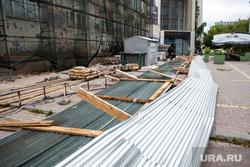Ухудшение погоды в Екатеринбурге, ураган, плохая погода, екатеринбург , забор, последствия урагана