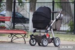 Дети. Пенсионеры. Курган, скамейка, детская коляска