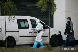 Доставка пациентов скорой помощью в ГКБ №40 «Коммунарка» во время пандемии SARS-CoV-2. Москва, защитный костюм, врачи, скорая помощь, фельдшер, медики, covid-19, коронавирус, ковид, противочумной костюм, карантинный центр