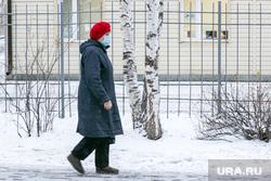 Спальные районы и жители города. Тюмень., снег, пешеходы, зима, прохожие, люди в масках, снег в городе