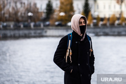 Виды Екатеринбурга, молодой человек, медицинская маска, защитная маска, маска на лицо