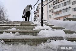 Благоустройство парков города в зимнее время. Курган, снег, пенсионерка, зима, гололед, лед, женщина, лестница, наледь