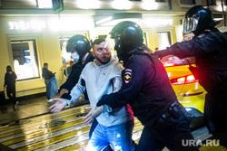 Несанкционированная акция против принятия поправок к Конституции РФ на Пушкинской площади в Москве. Москва, автозак, задержание активистов, полиция, росгвардия, несанкционированный митинг, космонавты, винтилово, дождь, петровка улица, хапун