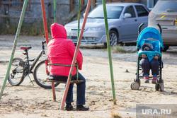 Деревяшки и снос дома. Нижневартовск, ребенок в коляске, родители, отдых