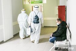Скорая помощь и люди в защитных костюмах. Тюмень, защитный костюм, человек в маске, врачи, люди в масках, медики, коронавирус, ковид