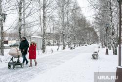 Спальные районы и жители города. Тюмень., снег, аллея, прогулка, зима, снег в городе, детская коляска, родители с коляской, бульвар чукмалдина