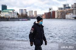 Виды Екатеринбурга, холодно, защитная маска, пожилой мужчина, город екатеринбург, улица, маска на лицо, медицинская  маска