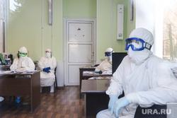 Сенатор Сергей Муратов вручает медикам второй горбольницы кислородные концентраты. Курган, защитный костюм, приемный покой, врачи, медики