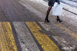 Виды города. Екатеринбург, пешеходный переход, ноги, обувь, грязь на дороге, каблуки