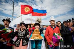 День России. Сургут, традиции, национальная одежда, флаг россии, угощение, киргизы, флаг киргизии
