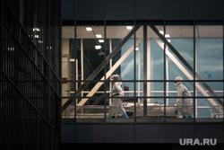 Доставка пациентов скорой помощью в ГКБ №40 «Коммунарка» во время пандемии SARS-CoV-2. Москва, защитный костюм, медики, врачи, фельдшер, медики, противочумной костюм, красная зона, 40 гкб коммунарка, коммунарка, карантинный центр