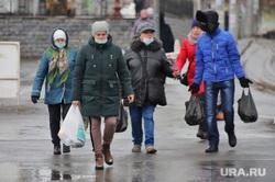 Город.  Курган, люди в масках, масочный режим