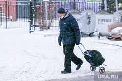 Спальные районы и жители города. Тюмень., снег, пешеходы, зима, строительство, прохожие, люди в масках, снег в городе, пенсионеры, стройка, мужчина в маске, сумка на колесах