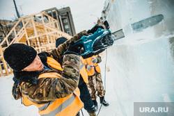 Виды города. Екатеринбург, рабочий с бензопилой, строительство ледового городка