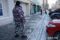 Эвакуация ТЦ Алмаз. Пермь, лента ограждения, охранник