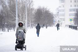 Виды Екатеринбурга, снег, прогулка, зима, женщина с коляской, детская коляска, холод, прогулка с коляской