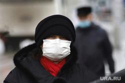Город.  Курган, женщина в маске, масочный режим