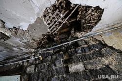 Аварийное жилье по ул. Дзержинского. Курган, аварийный дом, аварийное жилье, ул дзержинского, дыра в потолке