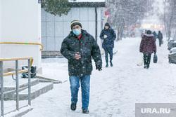 Спальные районы и жители города. Тюмень., снег, пешеходы, зима, прохожие, люди в масках, снег в городе, мужчина в маске