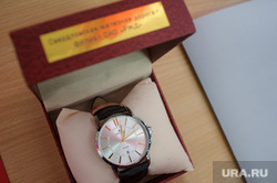 Рабочий визит Евгения Куйвашева в город Артёмовский, часы, награда, подарок