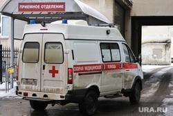 Машины скорой помощи в красной зоне городской больницы №2. Курган , снег, приемное отделение, скорая помощь, машина скорой помощи, медицина, Областная больница курган