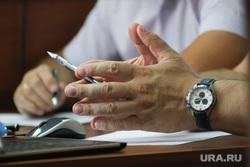 Судебное заседание по уголовному делу бывшего главы Кетовского района Носкову Александру. Курган, часы, подписание документа, руки, шариковая ручка