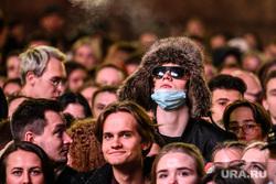 Группа The Hatters на Ural Music Night. Екатеринбург, погода, массовое мероприятие, шапка, зрители, маска на лицо, масочный режим, режим самоизоляции