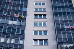 Екатеринбург во время пандемии коронавируса COVID-19, жилой дом, шарики, первомай, плакат, праздник труда, самоизоляция