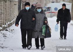 Машины скорой помощи в красной зоне городской больницы №2. Курган , снег, зима, масочный режим, covid-19, пандемия коронавируса
