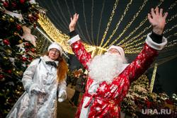 Парад снегурочек на Тверской площади в Москве. Москва, дед мороз и снегурочка