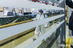 Дезинфекция и проверка масочного режима на железнодорожном вокзале. Челябинск, защитный костюм, дезинфекция, санитарная обработка, жд вокзал челябинск, сиз