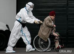 Доставка пациентов скорой помощью в ГКБ №40 «Коммунарка» во время пандемии SARS-CoV-2. Москва, защитный костюм, врачи, скорая помощь, инвалидное кресло, фельдшер, медики, коронавирус, ковид, противочумной костюм, кресло-каталка, карантинный центр