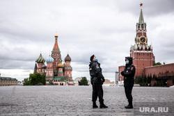 Москва во время объявленного режима самоизоляции. Москва, полицейские, кремль, красная площадь, спасская башня, собор василия блаженного, покровский собор, москва
