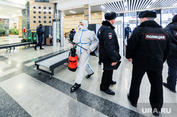 Дезинфекция и проверка масочного режима на железнодорожном вокзале. Челябинск, досмотр, защитный костюм, дезинфекция, полиция, санитарная обработка, жд вокзал челябинск