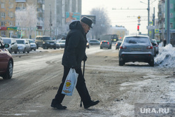 Снегоуборочная техника. Курган, пенсионер, пешеход, зима, пешеходный переход в снегу, снег в городе, мужчина, старик