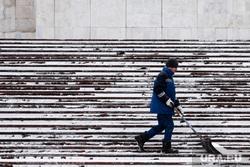 Виды Екатеринбурга, снег, уборка снега, зима, холод, дворник