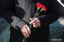 Открытие памятника пограничникам всех поколений. Курган, гвоздики, цветы в руках