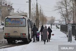 Отсутствие павильонов на автобусных остановках.  Курган , снег, зима, автобусная остановка, пассажиры, улица карбышева, ожидание автобуса