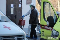 Работа фельдшеров скорой помощи в условиях коронавирусной инфекции на территории городской больницы №2. Курган, защитный костюм, приемный покой, скорая помощь, фельдшер, пандемия коронавируса, средства защиты, водитель скорой помощи
