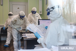 Работа фельдшеров скорой помощи в условиях коронавирусной инфекции на территории городской больницы №2. Курган, защитный костюм, фельдшер на вызове, скорая помощь, covid19, коронавирус, пандемия коронавируса, средства защиты