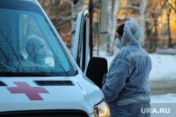 Работа фельдшеров скорой помощи в условиях коронавирусной инфекции на территории городской больницы №2. Курган, защитный костюм, скорая помощь, фельдшер, коронавирус, пандемия коронавируса, средства защиты, водитель скорой помощи