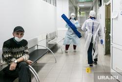 Скорая помощь и люди в защитных костюмах. Тюмень, защитный костюм, человек в маске, врачи, люди в масках, медики