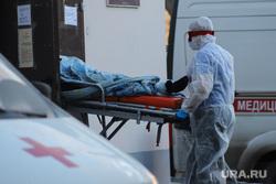 Работа фельдшеров скорой помощи в условиях коронавирусной инфекции на территории городской больницы №2. Курган, защитный костюм, фельдшер на вызове, скорая помощь, covid-19, пандемия коронавируса, средства защиты, ковид19