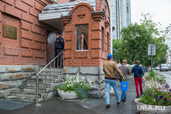 Обливание Игоря Торощина возле генконсульства США и Украины. Екатеринбург, посольство украины